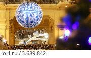 Купить «Большой новогодний шар и ель в торговом центре», видеоролик № 3689842, снято 26 марта 2010 г. (c) Losevsky Pavel / Фотобанк Лори