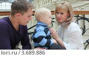 Купить «Родители разговаривают с сыном в магазине», видеоролик № 3689886, снято 29 мая 2010 г. (c) Losevsky Pavel / Фотобанк Лори