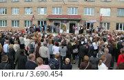 Купить «Толпа родителей у входа в школу на празднике», видеоролик № 3690454, снято 11 июля 2010 г. (c) Losevsky Pavel / Фотобанк Лори