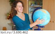 Купить «Женщина вращает глобус в школьном классе», видеоролик № 3690462, снято 12 августа 2010 г. (c) Losevsky Pavel / Фотобанк Лори