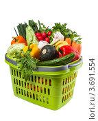 Купить «Свежие овощи в зеленой пластмассовой корзине, белый фон», фото № 3691554, снято 2 июня 2020 г. (c) Marina Appel / Фотобанк Лори