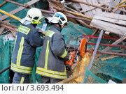 Спасатели МЧС разбирают завалы строительных лесов (2011 год). Редакционное фото, фотограф Максим Судоргин / Фотобанк Лори