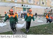 Рабочие убирают мусор после завалов строительных лесов (2011 год). Редакционное фото, фотограф Максим Судоргин / Фотобанк Лори