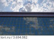 Небо с облаками отражается в стеклянной стене офисного здания. Стоковое фото, фотограф Андрей Артемьев / Фотобанк Лори