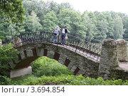Купить «Отдыхающие на мосту в парке Кузьминки-Люблино», эксклюзивное фото № 3694854, снято 16 июня 2012 г. (c) Free Wind / Фотобанк Лори