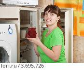 Купить «Женщина достаёт из холодильника стеклянный кувшин с напитком», фото № 3695726, снято 5 марта 2011 г. (c) Яков Филимонов / Фотобанк Лори