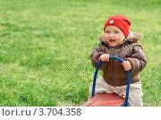 Радостный ребенок качается на качелях. Стоковое фото, фотограф Денис Омельченко / Фотобанк Лори