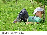 Мальчик спит на траве по деревом. Стоковое фото, фотограф Денис Омельченко / Фотобанк Лори
