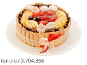 Торт с ягодами, перевязанный лентой, на белом фоне. Стоковое фото, фотограф Денис Омельченко / Фотобанк Лори