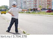Маленький мальчик голосует на обочине дороги (2012 год). Стоковое фото, фотограф Денис Омельченко / Фотобанк Лори