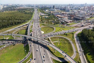 Вид с высоты птичьего полета на многоуровневую развязку Новорижского шоссе и МКАД, Москва, Россия