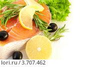 Лосось с лимоном, маслинами и розмарином на белом фоне. Стоковое фото, фотограф Лариса Кривошапка / Фотобанк Лори