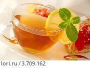 Чай с лимоном и мятой и круассан с джемом. Стоковое фото, фотограф Лариса Кривошапка / Фотобанк Лори