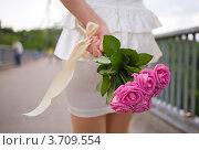 Купить «Букет роз в руке девушки», фото № 3709554, снято 5 мая 2012 г. (c) Никончук Алексей / Фотобанк Лори