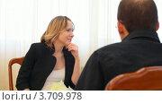 Купить «Женщина сидит напротив мужчины», видеоролик № 3709978, снято 9 декабря 2010 г. (c) Losevsky Pavel / Фотобанк Лори