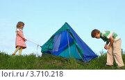 Купить «Дети устанавливают палатку», видеоролик № 3710218, снято 17 декабря 2010 г. (c) Losevsky Pavel / Фотобанк Лори