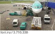 Купить «Самолет на взлетно-посадочной полосе во время загрузки багажа», видеоролик № 3710338, снято 26 октября 2010 г. (c) Losevsky Pavel / Фотобанк Лори