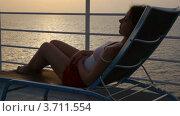 Купить «Кудрявая женщина лежит на палубе круизного лайнера», видеоролик № 3711554, снято 5 октября 2010 г. (c) Losevsky Pavel / Фотобанк Лори