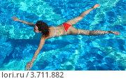 Купить «Женщина лежит на воде в бассейне», видеоролик № 3711882, снято 2 августа 2010 г. (c) Losevsky Pavel / Фотобанк Лори