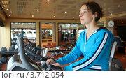 Купить «Женщина на велотренажере в тренажерном зале», видеоролик № 3712054, снято 31 октября 2010 г. (c) Losevsky Pavel / Фотобанк Лори