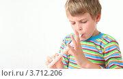 Купить «Мальчик играет на деревянной флейте», видеоролик № 3712206, снято 11 декабря 2010 г. (c) Losevsky Pavel / Фотобанк Лори