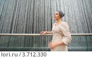 Купить «Женщина в платке смотрит на водопад», видеоролик № 3712330, снято 21 ноября 2010 г. (c) Losevsky Pavel / Фотобанк Лори