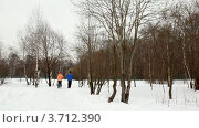 Купить «Мужчина и женщина бегут по снежной тропинке в парке», видеоролик № 3712390, снято 17 декабря 2010 г. (c) Losevsky Pavel / Фотобанк Лори