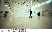 Купить «Люди рассматривают фотографии на выставке посвященной Никите Хрущеву в Московском Доме фотографии», видеоролик № 3712550, снято 21 декабря 2010 г. (c) Losevsky Pavel / Фотобанк Лори