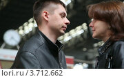 Купить «Пара разговаривает на железнодорожном вокзале», видеоролик № 3712662, снято 15 декабря 2010 г. (c) Losevsky Pavel / Фотобанк Лори
