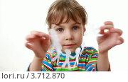 Купить «Девочка держит гирлянду из бумажных человечков», видеоролик № 3712870, снято 13 июля 2010 г. (c) Losevsky Pavel / Фотобанк Лори