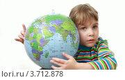 Купить «Девочка держит глобус и стучит по нему кулачком», видеоролик № 3712878, снято 13 июля 2010 г. (c) Losevsky Pavel / Фотобанк Лори