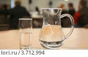 Купить «Стакан и кувшин воды на столе в аудитории», видеоролик № 3712994, снято 9 ноября 2010 г. (c) Losevsky Pavel / Фотобанк Лори