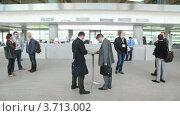 Купить «Деловые люди общаются в холле отеля у стойки регистрации», видеоролик № 3713002, снято 9 ноября 2010 г. (c) Losevsky Pavel / Фотобанк Лори