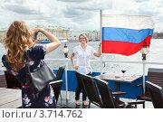 Девушки фотографируются на фоне российского флага (2012 год). Стоковое фото, фотограф Кекяляйнен Андрей / Фотобанк Лори