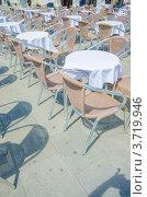 Купить «Пустые столики уличного кафе в Венеции, Италия», фото № 3719946, снято 7 февраля 2010 г. (c) Elnur / Фотобанк Лори