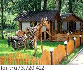 Декоративная лошадь с тележкой (2012 год). Редакционное фото, фотограф Александр Груздев / Фотобанк Лори
