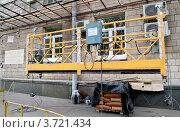 Купить «Подъемник фасадный», фото № 3721434, снято 4 августа 2012 г. (c) Илюхина Наталья / Фотобанк Лори