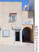 Красивый фасад дома в городе Kairouan, Tunisia (2012 год). Редакционное фото, фотограф Кекяляйнен Андрей / Фотобанк Лори