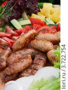 Колбаски-гриль и свежие овощи и зелень. Стоковое фото, фотограф Vycheslav Leskovskiy / Фотобанк Лори