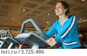 Купить «Молодая женщина занимается на велотренажере в спортивном клубе», видеоролик № 3725486, снято 14 ноября 2010 г. (c) Losevsky Pavel / Фотобанк Лори
