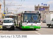 Купить «Сочленённый автобус ЛиАЗ отъезжает от остановки на Кутузовском проспекте», эксклюзивное фото № 3725998, снято 25 июля 2012 г. (c) Алёшина Оксана / Фотобанк Лори