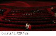 Купить «Люди  собираются в кинозале(Таймлапс)», видеоролик № 3729182, снято 18 декабря 2010 г. (c) Losevsky Pavel / Фотобанк Лори