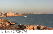 Скалистый берег, лодка на воде. Стоковое видео, видеограф Losevsky Pavel / Фотобанк Лори