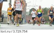 Купить «Участники марафона во время пробега в дождливую погоду», видеоролик № 3729754, снято 8 декабря 2010 г. (c) Losevsky Pavel / Фотобанк Лори