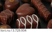 Купить «Шоколадные конфеты», видеоролик № 3729934, снято 26 марта 2011 г. (c) Losevsky Pavel / Фотобанк Лори