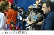 Купить «Юлия Ефимова дает интервью на Открытом чемпионате по плаванию в России», видеоролик № 3729978, снято 17 марта 2011 г. (c) Losevsky Pavel / Фотобанк Лори