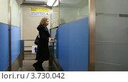 Купить «Женщина, стоявщая у окна контрольно-пропускного пункта безопасности в аэропорту», видеоролик № 3730042, снято 31 января 2011 г. (c) Losevsky Pavel / Фотобанк Лори