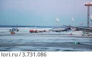 Купить «Взлетное поле в аэропорту зимой», видеоролик № 3731086, снято 2 февраля 2011 г. (c) Losevsky Pavel / Фотобанк Лори