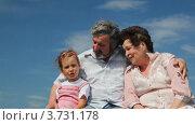 Купить «Дедушка,бабушка и внучка сидят на траве», видеоролик № 3731178, снято 30 марта 2011 г. (c) Losevsky Pavel / Фотобанк Лори