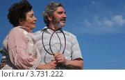 Купить «Пожилые люди держат бадминтонные ракетки в руках на фоне неба», видеоролик № 3731222, снято 24 марта 2011 г. (c) Losevsky Pavel / Фотобанк Лори